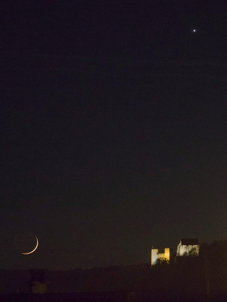 La lune, Vénus et le château