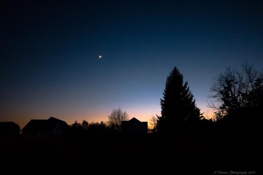 Lune avec Vénus après le coucher du Soleil