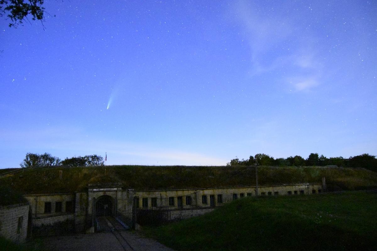 Neowise au-dessus du fort d'Uxegney