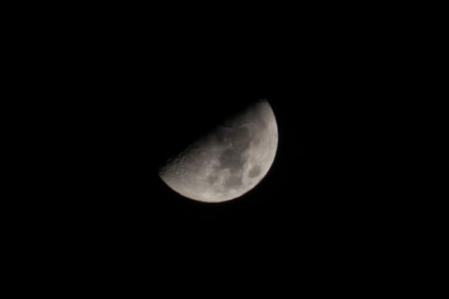 Photo 1er quatier de Lune avec CANON 650D et TAMRON 18-270