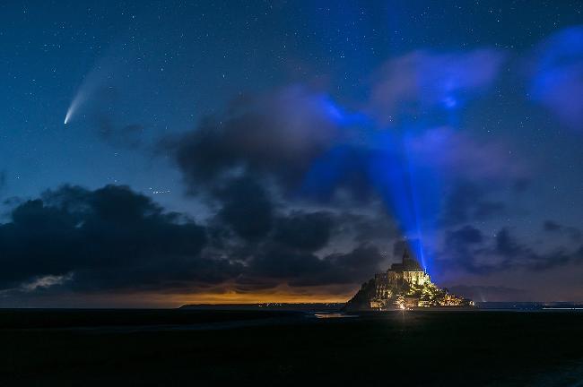 Comète NEOWISE au Mont-Saint-Michel