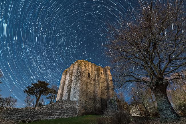 Filé d'étoiles sur château de Pouzauges